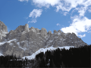 Skiing in the Dolomites, Arraba